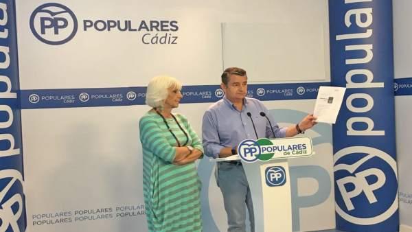 Antonio Sanz con Teófila Martínez en rueda de prensa