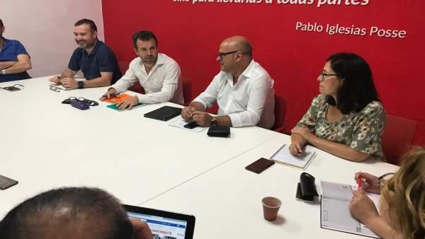 Millán (2i) en la reunión con la ejecutiva y el grupo municipal del PSOE de Jaén