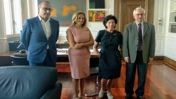 Mayte Pérez e Isabel Celaá este lunes en Madrid.
