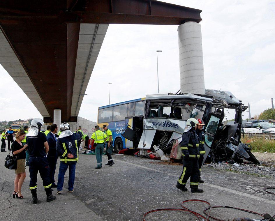 El autobús, tras el impacto con el pilar. Imagen que muestra el autobús de Alsa tras empotrarse contra un pilar de hormigón en Avilés.