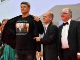 El director italiano Luciano Silighini Garagnani viste una camiseta de apoyo a Harvey Weinstein en el Festival de Venecia.