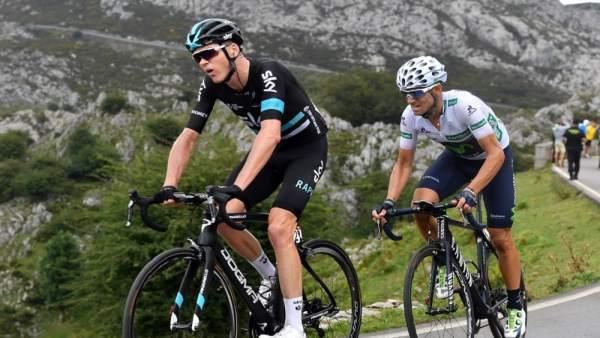 Chris Froome asciende los Lagos de Covadonga