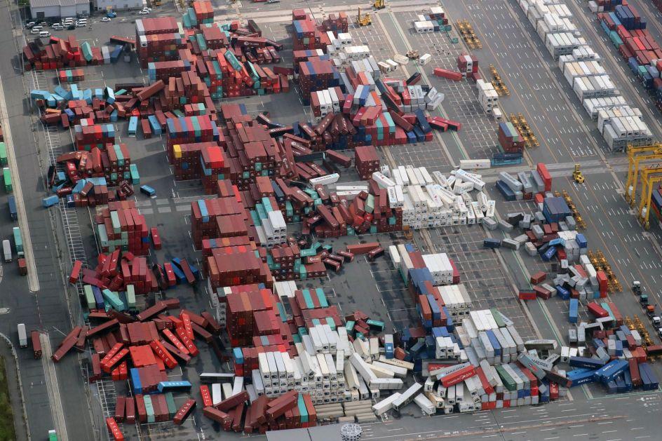 Tirados como un castillo de naipes. Cientos de contenedores se han caído en un puerto de Osaka (Japón), debido a la fuerza del tifón Jebi que ha sacudido el país.