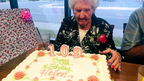 Helen Self celebra su 109º cumpleaños en el Montana Club de Missoula (EE UU).