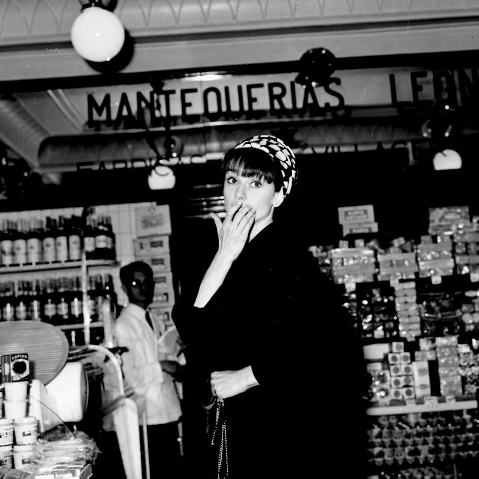 Audrey Hepburn de compras en Madrid, 1966. Gianni Ferrari / Cover / Getty Images. Ava Gardner, Cary Grant, Audrey Hepburn, Grace Kelly, Elisabeth Taylor, Orson Welles, Marlene Dietrich… grandes estrellas de Hollywood unidas por undenominador común: todas ellas trabajaron, vivieron y se dejaron seducir por los encantos de Madrid.