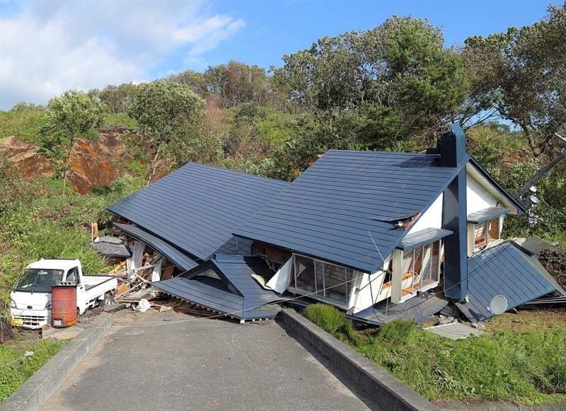 Casa destruida. Una casa destruidaen Atsuma (Japón) por el fuerte terremoto de 6,7 grados que sacudió la isla norteña de Hokkaido.