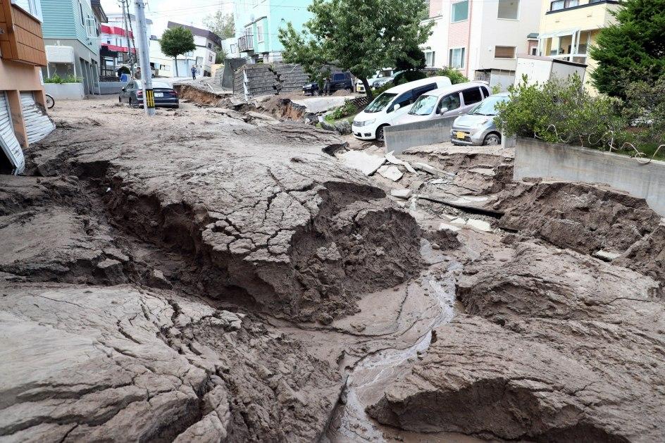 Lodo en vez de calle. El lodo engulle una calle de Sapporo tras el terremoto de 6,7 grados que sacudió esta madrugada la isla japonesa de Hokkaido, al norte de Japón.