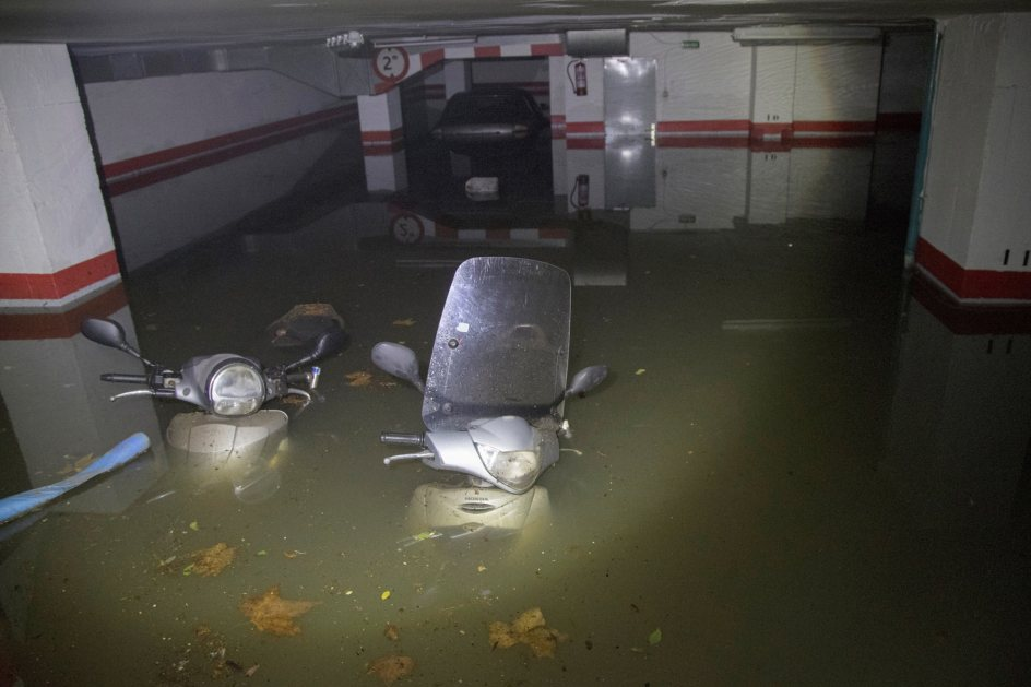 Garaje inundado en Barcelona. Motocicletas estacionadas en un garaje inundado del Paralelo barcelonés, tras las lluvias torrenciales de esta madrugada que han dejado 70 litros en el Raval, más de 570 rayos y han inundado, entre otros espacios, cuatro estaciones del metro de Barcelona.