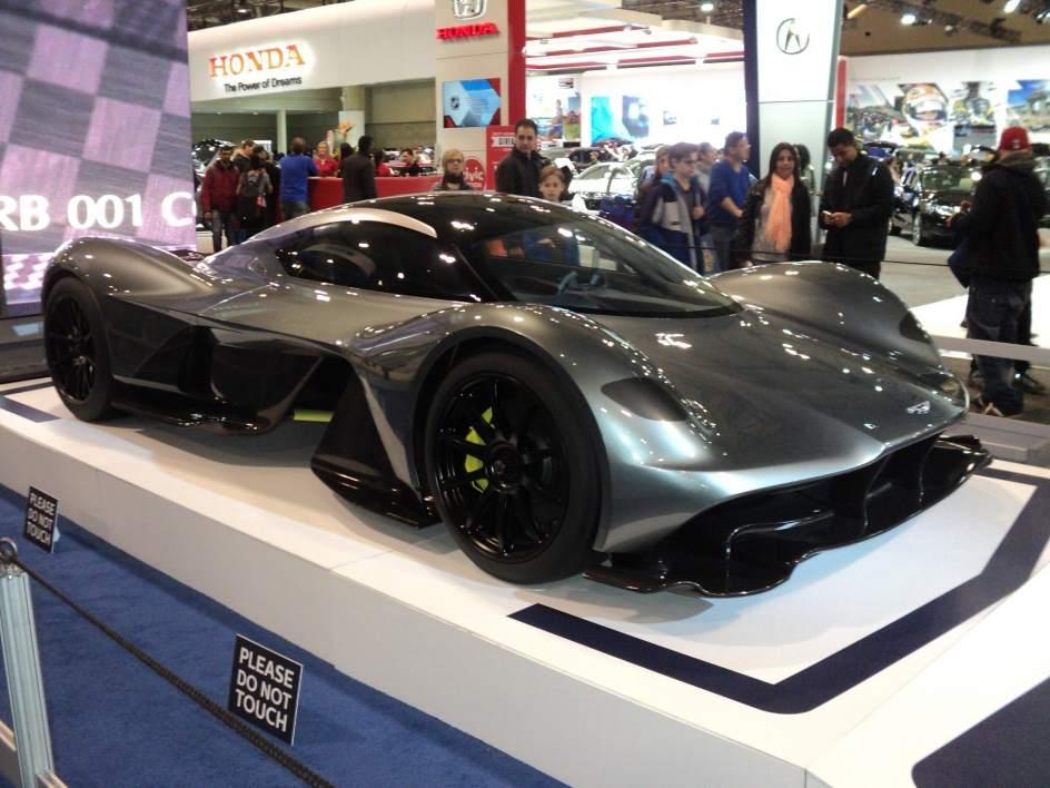 El coche más caro del mundo 9 veces. En el 2017 el Aston Martin Valkyrie fue elegido como el coche más caro del mundo con un precio de 3,3 millones de euros. Con una fortuna de 30 millones es posible adquirir 9 unidades de este vehículo y además sobrarían 300.000 euros.
