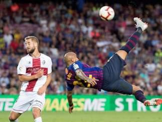 Arturo Vidal intenta una chilena con la camiseta del Barça.