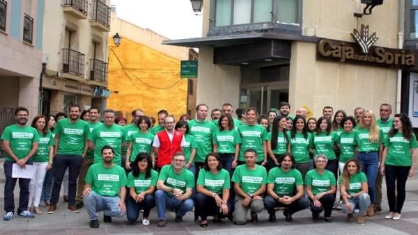 Empleados de Caja Rural de Soria con la camiseta verde.