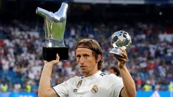 Luka Modric ofrece al Bernabéu el premio a mejor jugador de la UEFA.