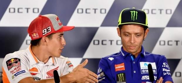 Márquez tiende la mano a Rossi, y este le rechaza.