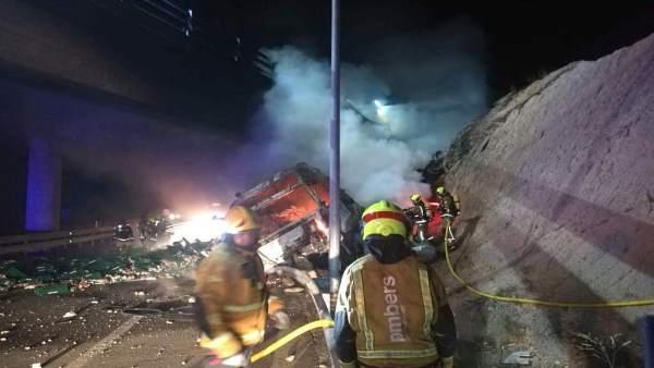 Un camión se incendia tras caerse de la A7