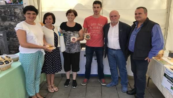 Consejeros con productores de queso en Caso, en el Día de Asturias