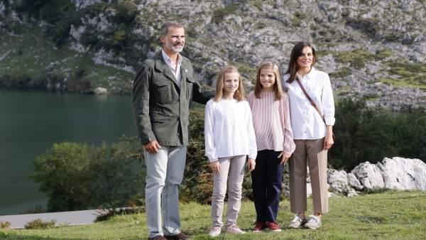 La familia real en el mirador de la Princesa de Asturias ante el Lago Enol