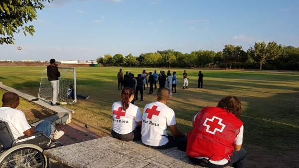 Voluntarios de Cruz Roja junto a los migrantes en Mérida