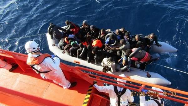 Personas rescatadas de una patera