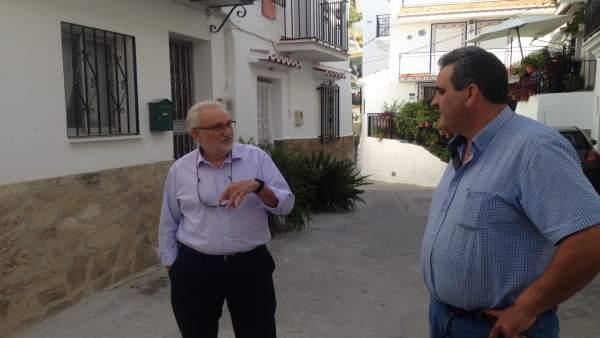 El diputado Ramón del Cid y el alcalde de Sedella, Francisco Abolafio