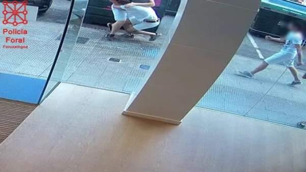 Imágenes de la agresión captada por una cámara de seguridad