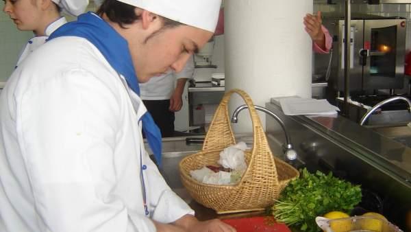 Un Alumno En La Escuela De Hostelería De Islantilla.