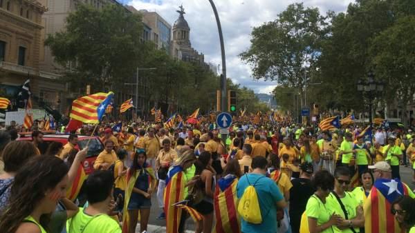Ciudadanos participan en la manifestación de la Diada