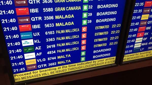 Pantallas de información sobre vuelos en un aeropuerto