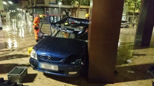 Successos.- Dos ferides en xocar el seu vehicle contra una escultura a la plaça Escola Pia de Gandia