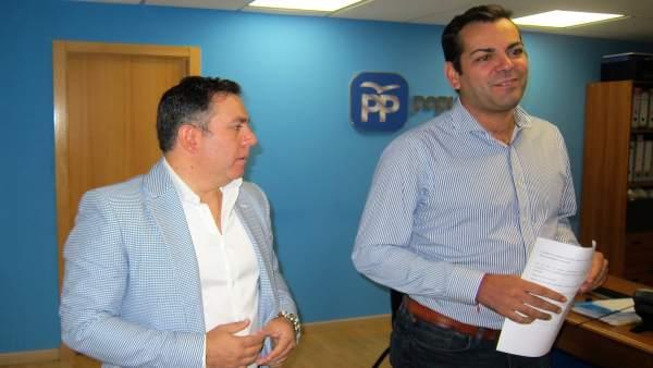 El presidente del PP de Jaén, Juan Diego Requena (d), junto a Francisco Palacios