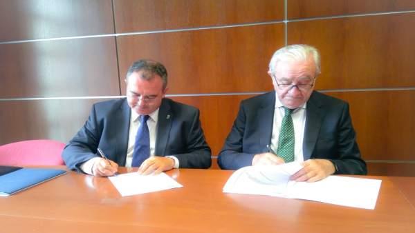 El consejero Isaac Pola y el presidente de Caja Rural José María Quirós