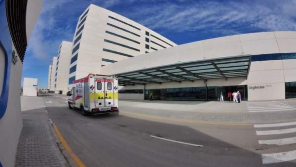 SAMU, ambulancia, a las puertas del Hospital La Fe en imagen de archivo