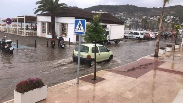 Zona afectada por lluvia cerca del mercado municipal