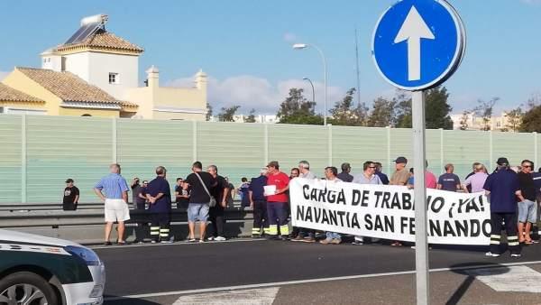Trabajadores de astilleros cortan la carretera en San Fernando