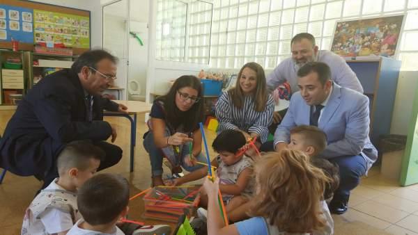 Alcaide (izda.) y Ruiz (dcha.) durante la visita al centro escolar