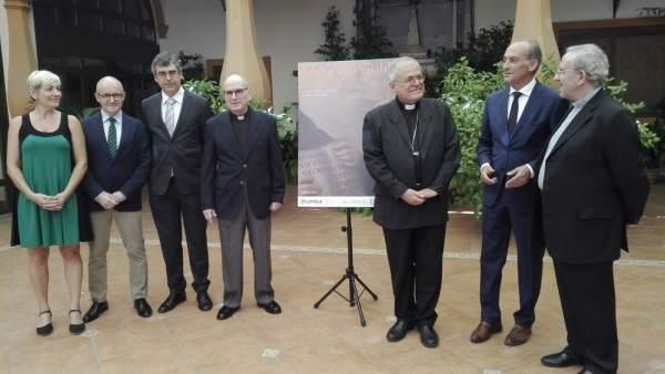 El obispo, el rector y el deán (dcha.) con responsables de la muestra (izda.)