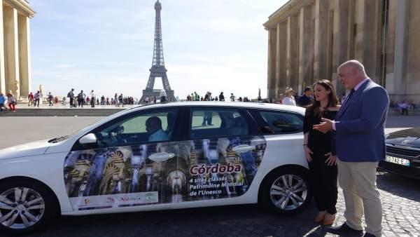 Ruiz y Gómez, junto a un taxi de París con la Torre Eiffel de fondo