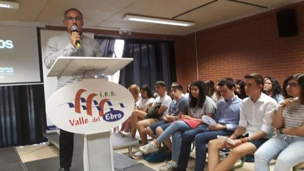Roberto Pérez se dirige al alumnado del Bachillerato de Investigación.