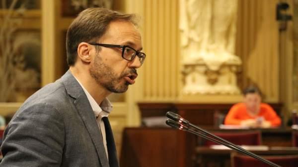 Josep Castells en el pleno del Parlament