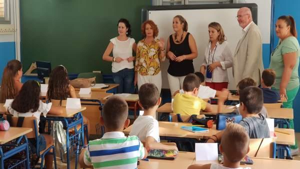 Adela Castaño, durante su visita a un colegio