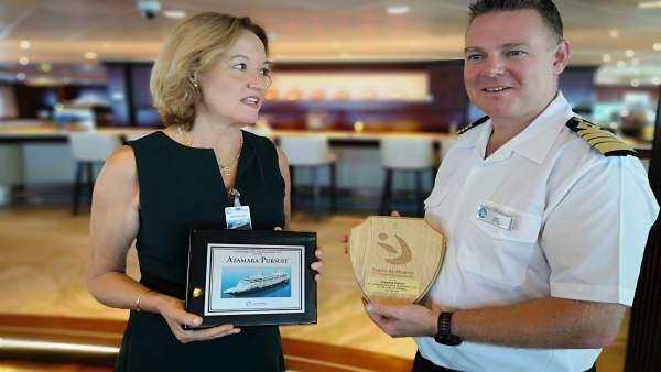 La presidenta de la APA, Carmen Ortiz, entrega una metopa al capitán de un barco