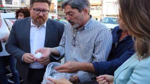 El alcalde de Alcaudete, Valeriano Martín, muestra al consejero algunos granizos
