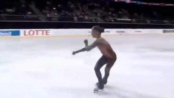 La patinadora Alexandra Trusova, en pleno ejercicio.