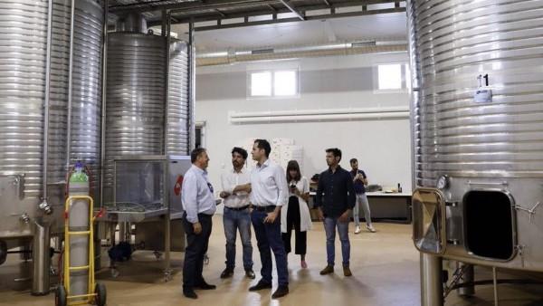 Ignacio Aguado en su visita a las Bodegas Licinia en Morata de Tajuña.