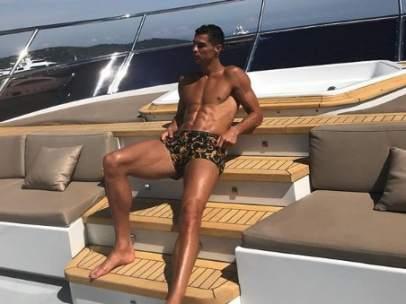 Cristiano Ronaldo posa en un yate.