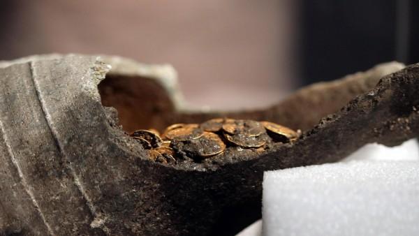 Un grupo de arqueólogos encuentra cientos de monedas de oro romanas en una vasija durante unas excavaciones en el centro de la ciudad de Como.