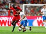 William Carvalho pelea por un balón con Giacomo Bonaventura.