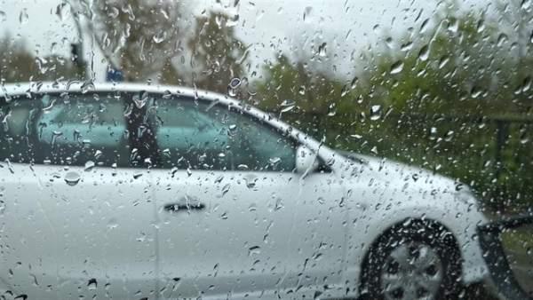 Lluvia en la ventana de un coche