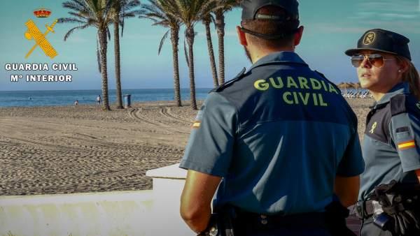 Agentes de Guardia Civil en Roquetas de Mar (Almería)