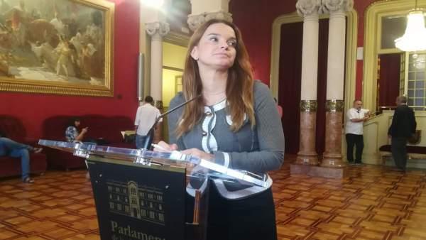 La portavoz del GPP, Margalida Prohens, atiende a los medios en el Parlament