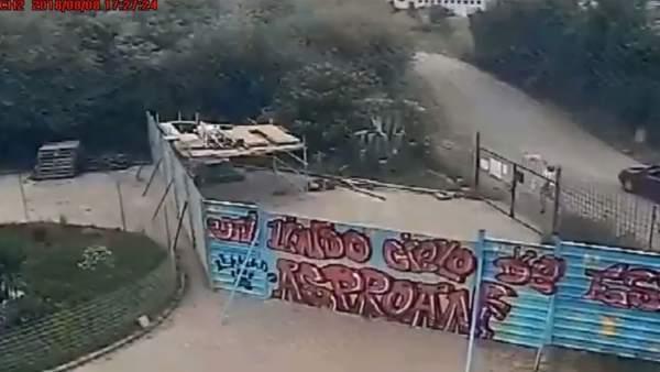 Captura del vídeo donde se ve al hombre lanzando al perro sobre la verja